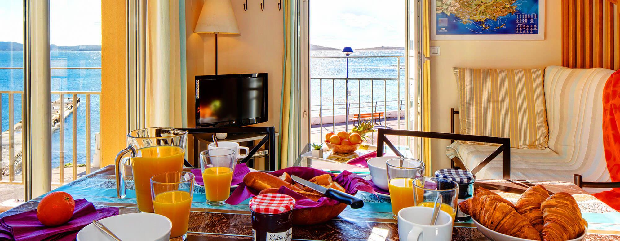 Découvrez notre résidence de vacances La Gabinière sur la presqu'île de Giens, location d'appartement calmes en bord de mer, en face de Porquerolles.